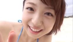 中村静香 巨乳のビキニ姿の彼女とビーチを一緒に楽しむ