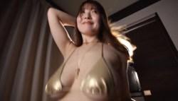 原つむぎ 金色ビキニで巨乳とお尻揺らしながらセクシーダンス