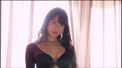 川崎あや 黒いセクシーランジェリーで色っぽくベッドで誘惑