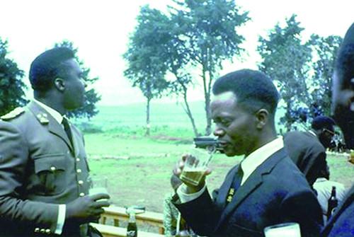 Juvénal Havyarimana et Grégoire Kayibanda lors d'un réception ©dr