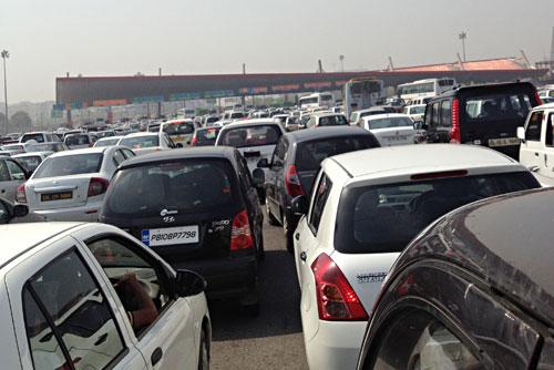 インドの有料道路 料金所手前の渋滞