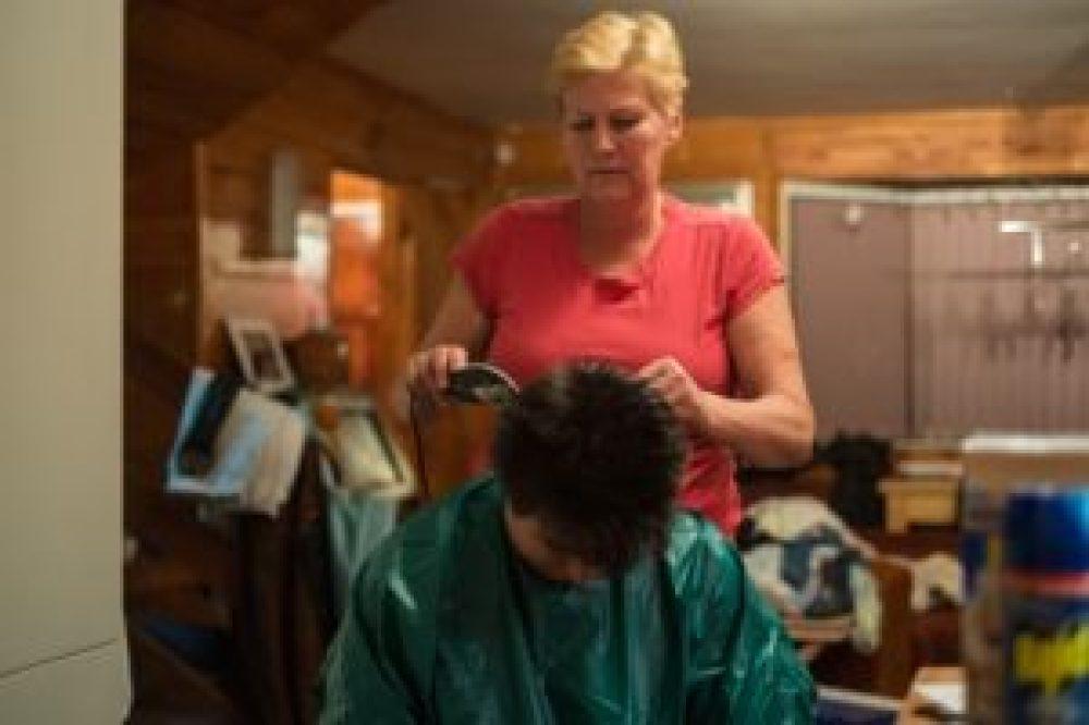 Heureusement Anne est une ancienne coiffeuse !