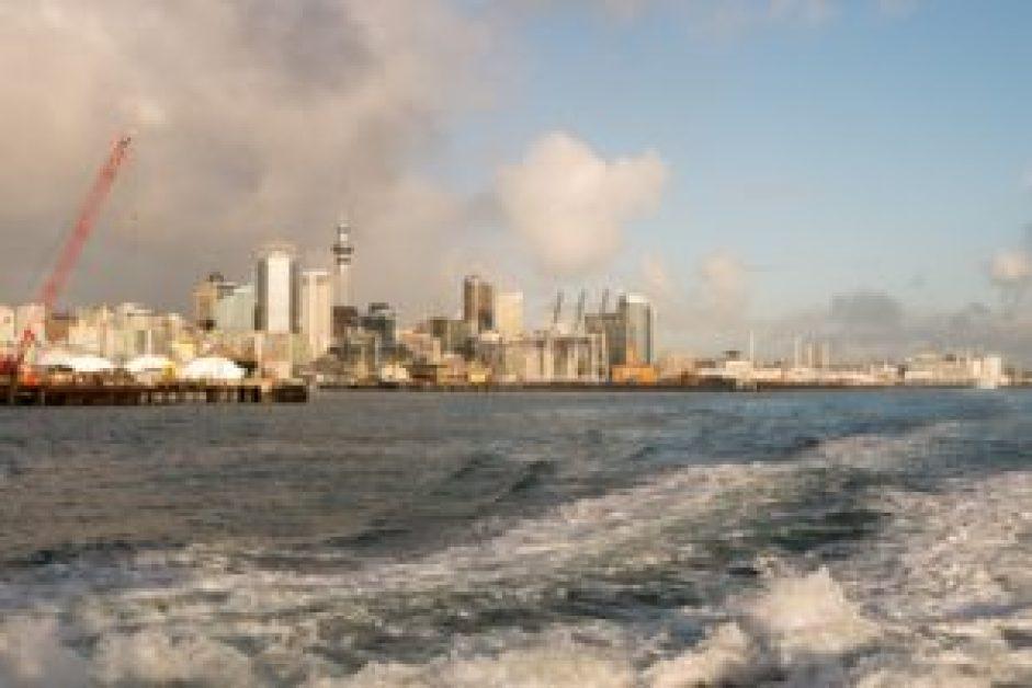 Le Central Business District et la Sky Tower vus depuis le ferry.
