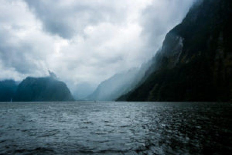 La taille du bateau au milieu de l'image vous donne une idée des dimensions folles de ces falaises.