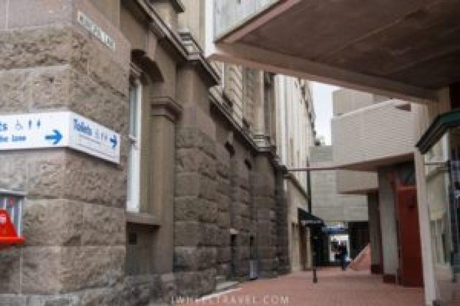 """""""Municipal Lane"""" est une petite rue piétonne."""
