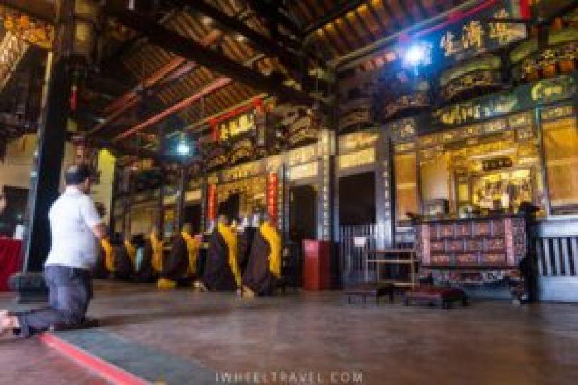 Prière au temple Cheng Hoon Teng.