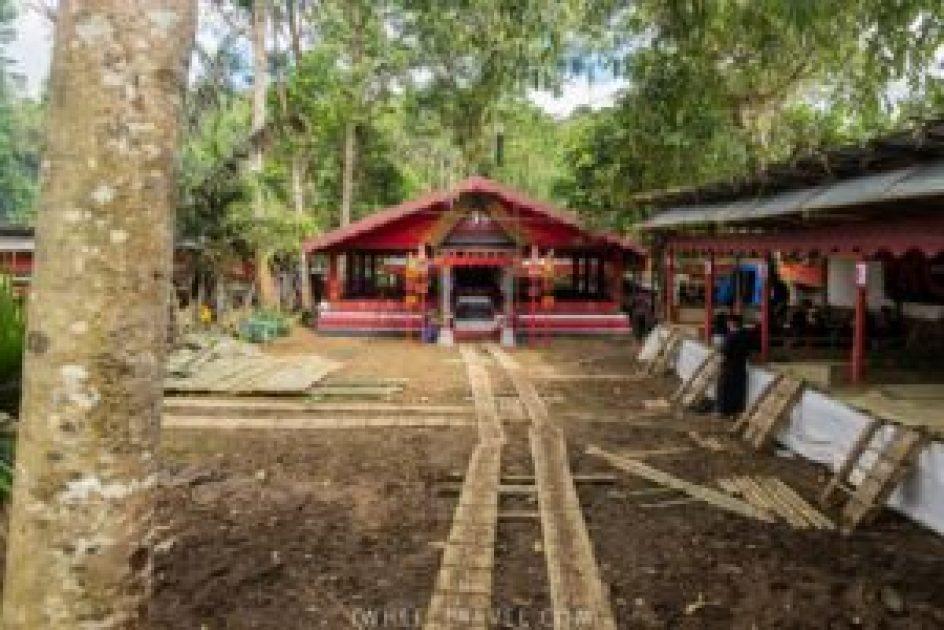 Au bout du chemin, l'espace où se rendront les proches de la défunte à plusieurs reprises durant la cérémonie.