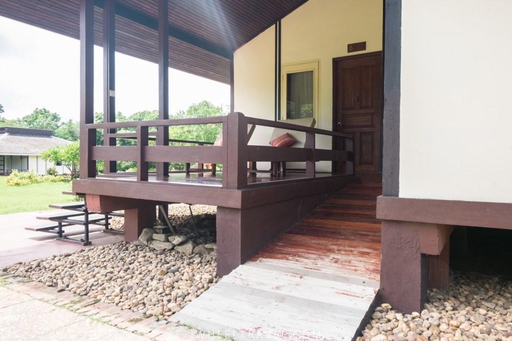Rampe d'accès à la chambre et terrasse.