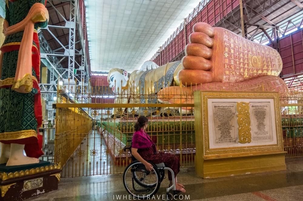 La statue occupe presque la totalité de l'espace du hangar.