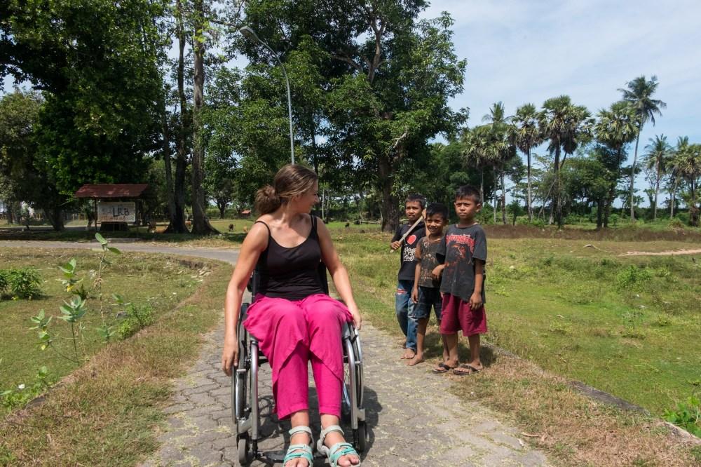 Rencontre amusante au détour d'une balade en Sulawesi (Indonésie).