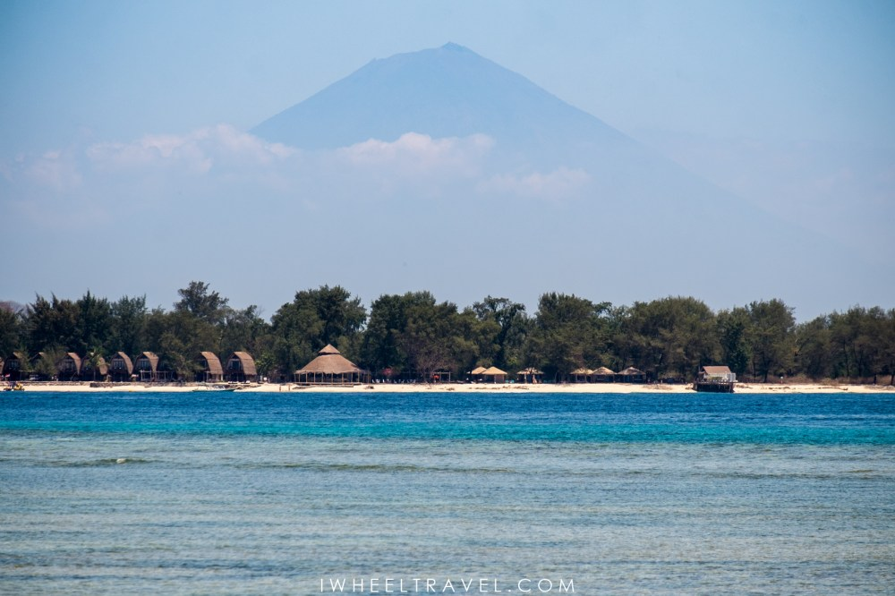 Vue sur le volcan Agung de Bali, depuis une plage au nord de Gili Air.