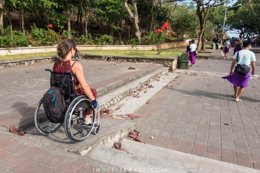 Un des rampes permettant de visiter le temple Uluwatu en fauteuil roulant.
