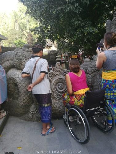 Vue parfaite sur le bassin de purification de Tirta Empul, même en fauteuil roulant.