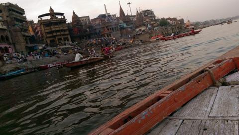 Sur le Gange on s'est payé le bateau - Crédit photo izart.fr
