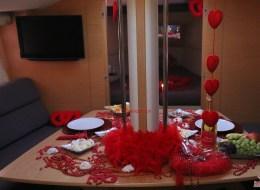 İzmir Teknede Evlilik Teklifi Organizasyonu Masa Süsleme