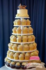 (622) Round Wooden Cupcake Tower with White Chocolate Seashells