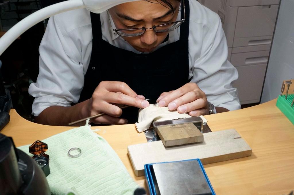 2人で作る結婚指輪-ヘラ磨き