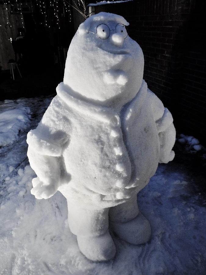 ijssculptuur/ sneeuwsculptuur van family guy animatie serie Peter Griffin.
