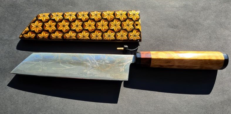 Japans chef-koks zelf ontworpen geëtst mes. Houten handvat van walnoot, ebbenhout, slangenhout. Saia-omhulsel met custom made patroon