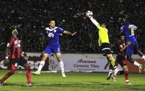 BANDUNG, 13/1- PERSIB PERSIPURA. Kiper Persipura Yoo Jae Hoon (1) menyelamatkan gawang dari serangan pesepakbola Persib pada kompetisi Indonesia Super League di Stadion siliwangi Bandung, Jawa Barat, Minggu (13/1).