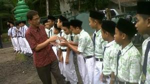SISWA Pondok Pesantren Asy Syujaa'iyyah, di Dusun Sindangsari, Desa Cintaratu, Kecamatan Parigi, Kabupaten Pangandaran, bersalaman dengan Penjabat Bupati Kabupaten Pangandaran Endjang Naffandy, Rabu