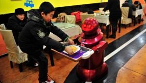 Robot suatu restoran di China sedang melayani pengunjung (REUTERS/Sheng Li)