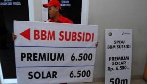 Petugas SPBU di kawasan kota Tangerang menyiapkan alat peraga berisi petunjuk harga BBM jika dinaikkan, di Tangerang, Banten. (ANTARA/Lucky.R)