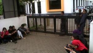 Kantor DPP PKS dijaga petugas keamanan. (Zahrul Darmawan/VIVAnews)