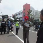 Sejumlah aktivis mahasiswa Kesatuan Aksi Mahasiswa Muslim Indonesia (KAMMI) berdemo pada acara pelantikan Wali Kota dan Wakil Wali Kota terpilih Ridwan Kamil-Oded M. Danial di Jalan Merdeka menuju Gedung DPRD Kota Bandung di Jalan Aceh, Senin (16/9/2013).