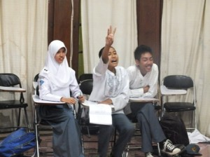salah seorang siswa SMA Alfa Centauri mengancungkan tangan saat hendak menjawab pertanyaan dewan juri dalam lomba cerdas cermat PAI di kampus SMA Alfa Centauri Jl. Cisangkuy No. 20 Bandung, Jum'at (13/9/2013)