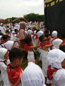 SERIUS - Layaknya haji sungguhan, murid-murid RA tampak serius mengikuti tahapan demi tahapan manasik haji di GOR Ranggajati Sumber, Rabu (21/9).