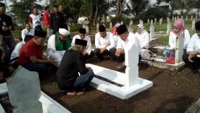 Ziarah ke Taman Makam Pahlawan, Kang Hasan Nyekar di Makam Uwanya 'Letkol Hareuman'