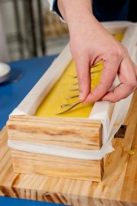 dando-los-ultimos-toques-al-jabon-castilla-realizado-con-aceite-de-oliva-virgen-extra