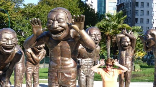 "Liz with the ""A-Maze-Ing Laughter"" bronze statues"