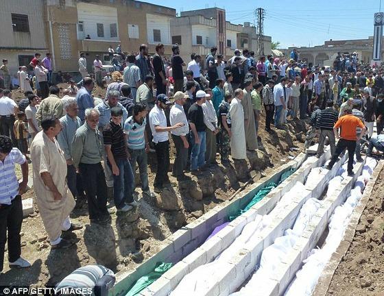 Foto enterro de 100 vítimas das tropas do cruel Bashar al-Assad