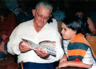 Jackson-Rubem- o octagenário Marinho Batista lê um trecho do livro Irecê: Um Pedaço Histórico da Bahia para seu bisneto.