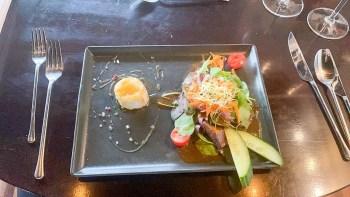 gratinierter Ziegenkäse mit Salat im Restaurant