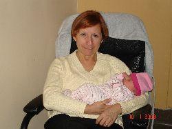 Mamie Céline berce sa petite Chloé pour la première fois.