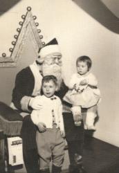 Jacques et sa soeur Louise chez la Père Noël en 1957.