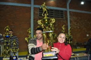 Vice prefeito Paulo Schneider entrega troféu a representante da equipe feminina de Jacuizinho pela terceira colocação