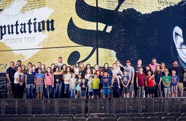 Taylor Swift convida 2 mil famílias adotivas para assistir último ensaio da nova turnê!
