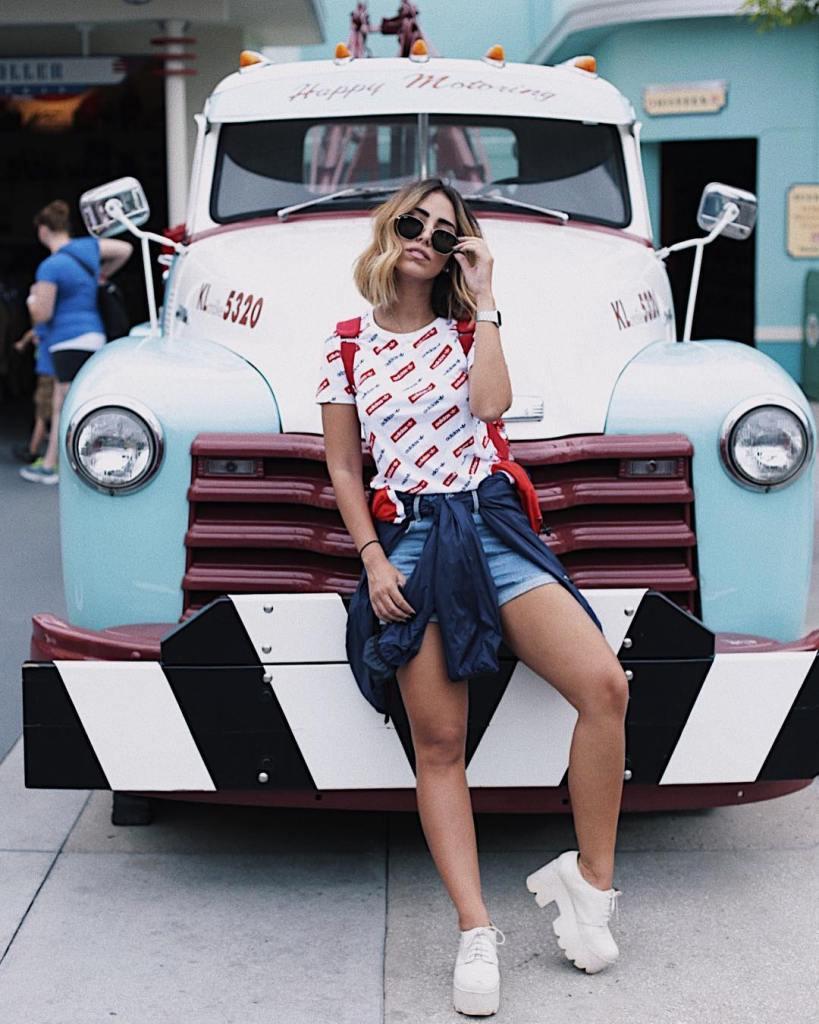 Camisa amarrada na cintura: dicas de como usar e looks para se inspirar