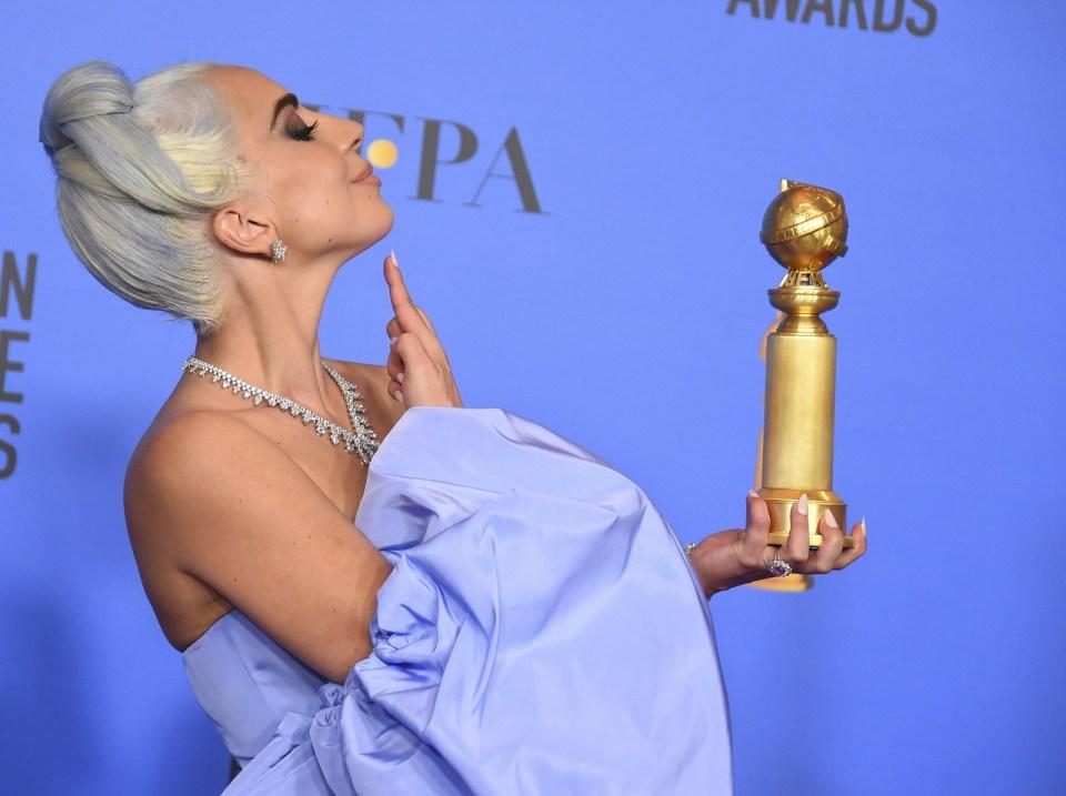 Lady Gaga comemora o Globo de Ouro 2019 com a pose de sua personagem em 'Nasce uma estrela' — Foto: Jordan Strauss/Invision/AP