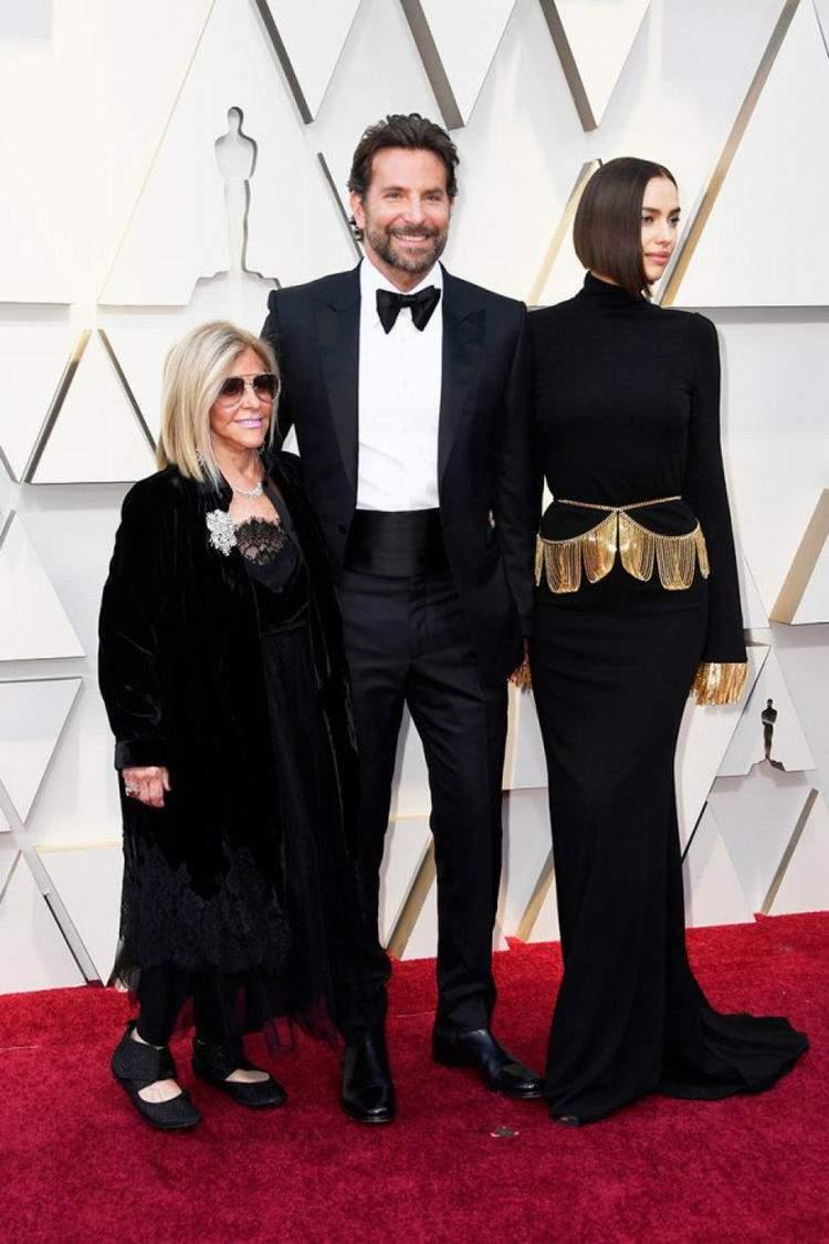 Bradley Cooper, com sua mãe e sua namorada | Foto de Steve Granitz / WireImage / Getty Images