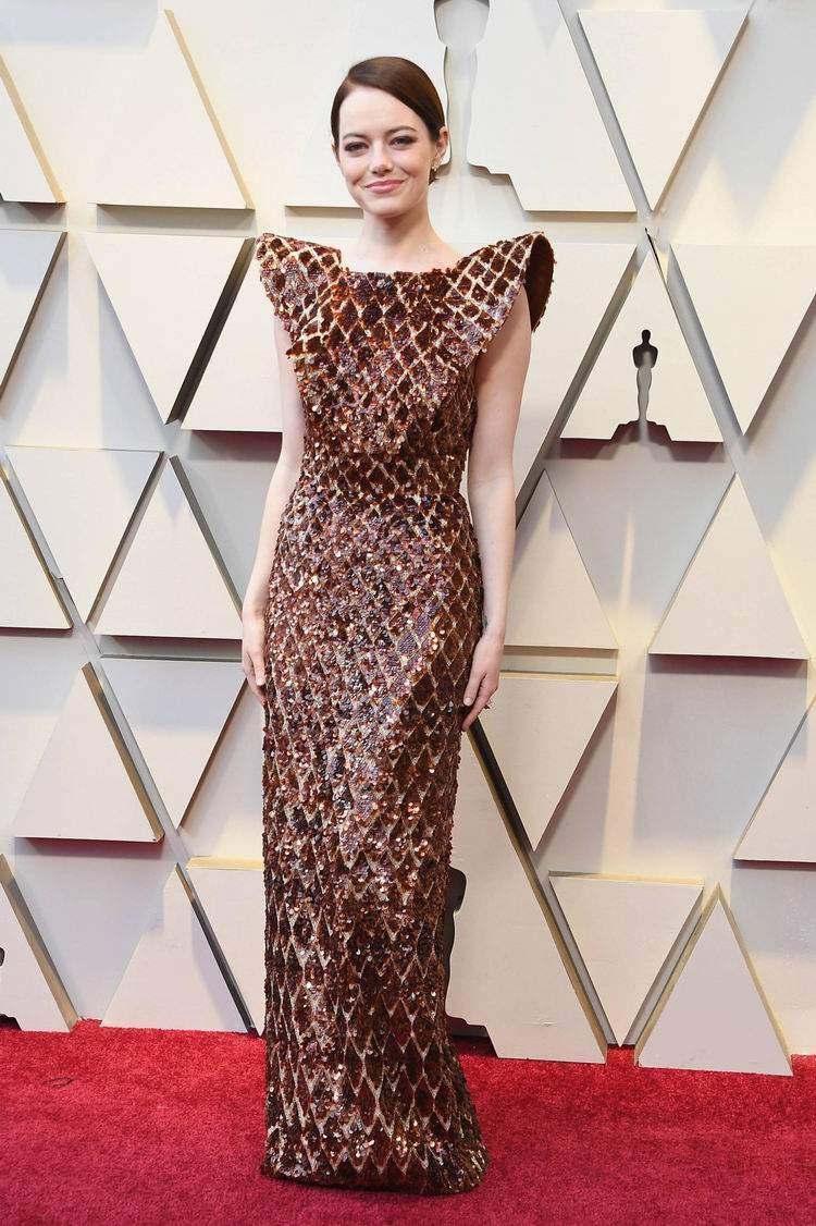 Um dos visuais que mais dividiu opiniões foi o Louis Vuitton de Emma Stone. O que vocês acharam do look? Foto de Steve Granitz / WireImage