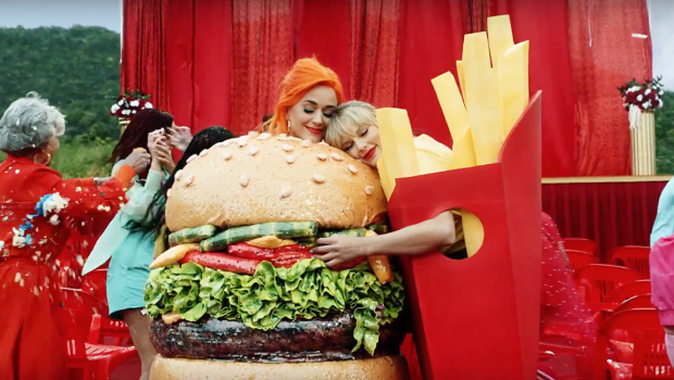 Finalmente tudo está em paz entre Taylor Swift e Katy Perry! Segue abaixo o vídeo de You Need To Calm Down para você conferir: