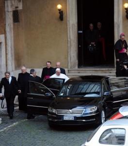 Papa Francisco sube al coche 14/13/2013