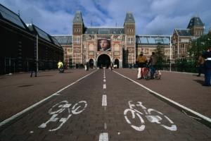 Via de bicis cruzan el  Rijksmuseum