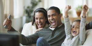 Ver televisión juntos en familia