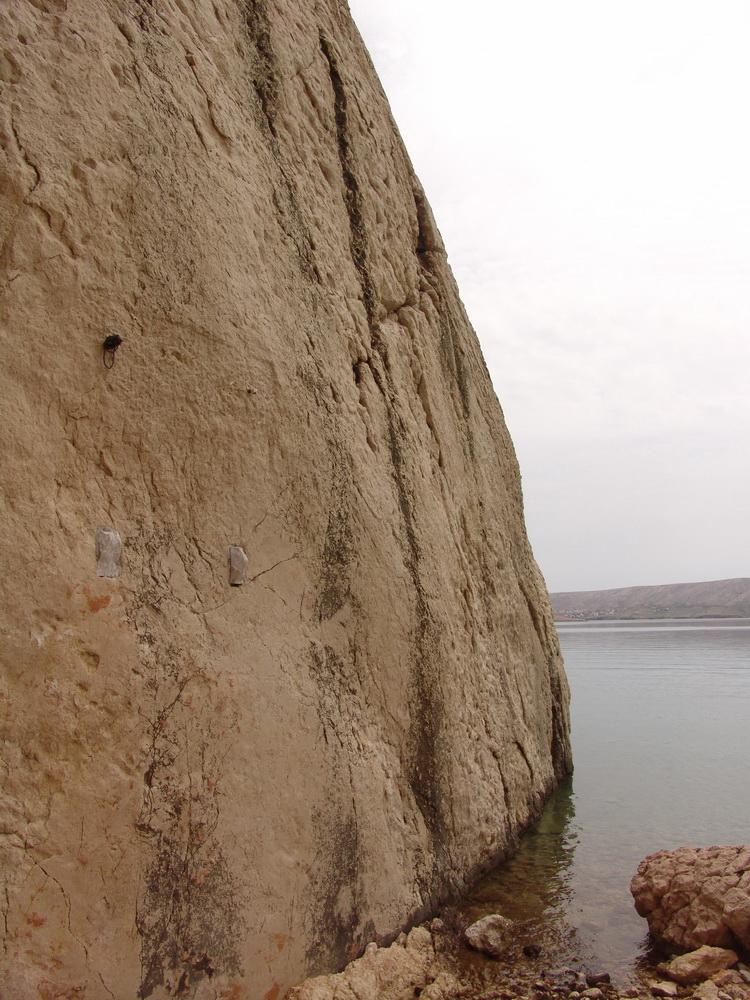 15.6.2010. Пронађена локација уклоњене плоче на источном дијелу увале Пашка Слана